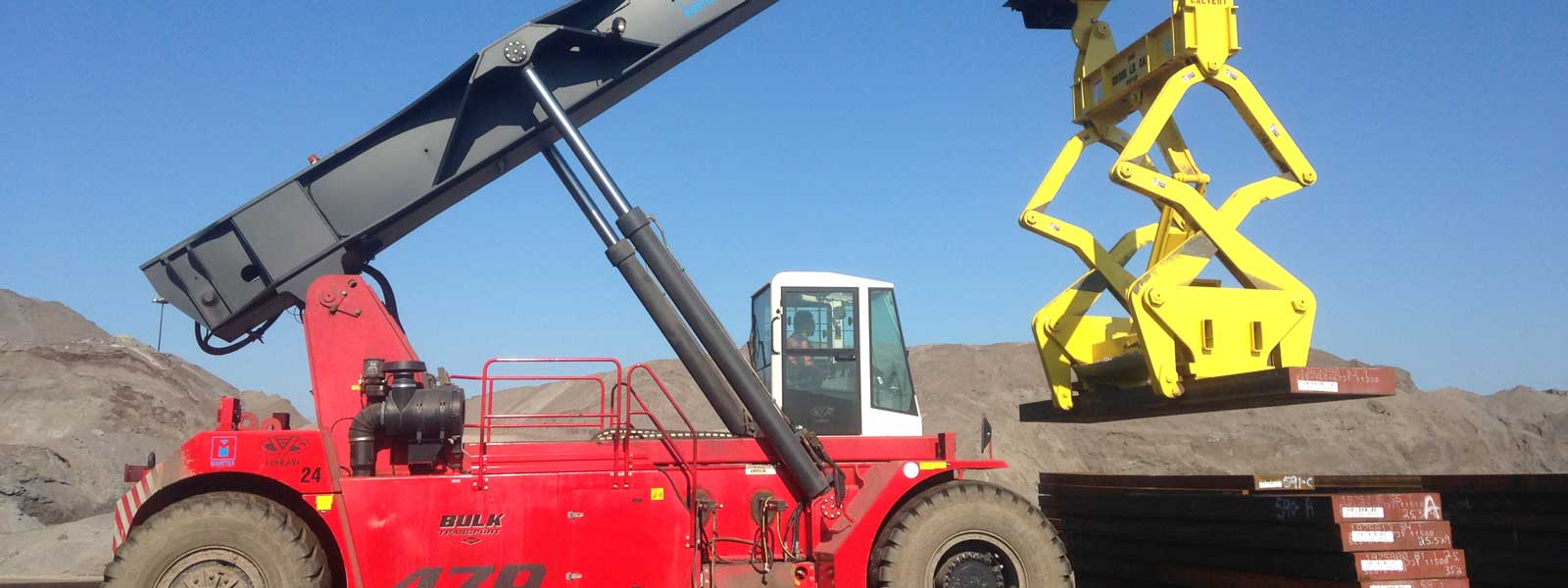 Reach Stacker With Tong At Job Site